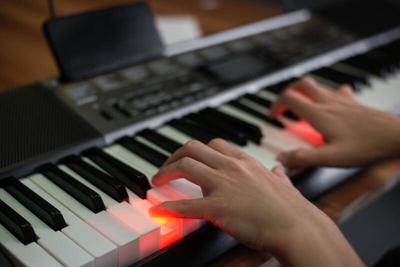 man speelt keyboard